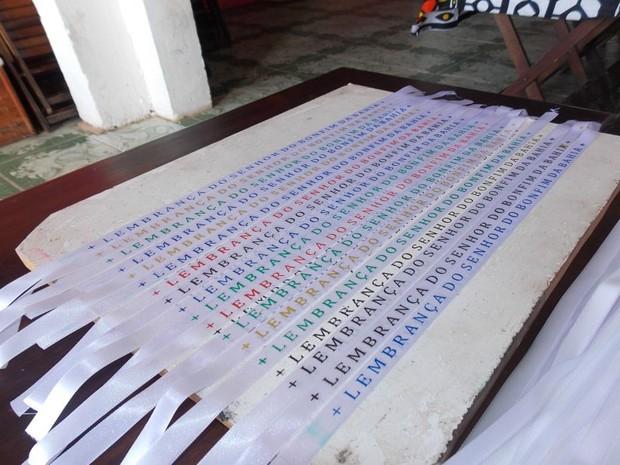 As novas fitas do Bonfim são brancas, mas as letras podem ser coloridas (Foto: Maiana Belo/G1 Bahia)