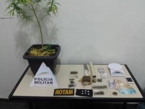 Drogas foram apreendidas com três jovens (Foto: Polícia Militar/Divulgação)