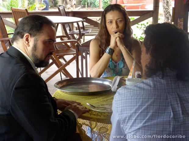 Castro conversa com Donato e Bibiana (Foto: Flor do Caribe/TV Globo)