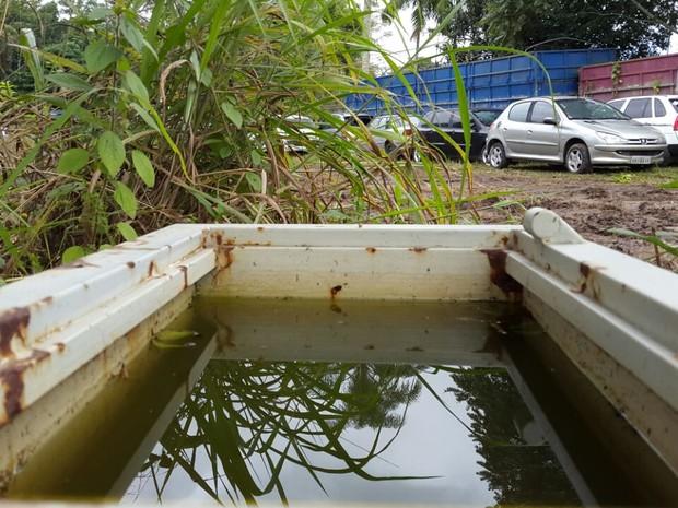 Água acumulada em pátio de delegacia de Itajaí, que tinha foco do mosquito da dengue (Foto: Luiz Souza/RBS TV)