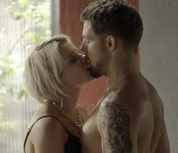 Clima esquenta entre o casal (Foto: TV Globo)