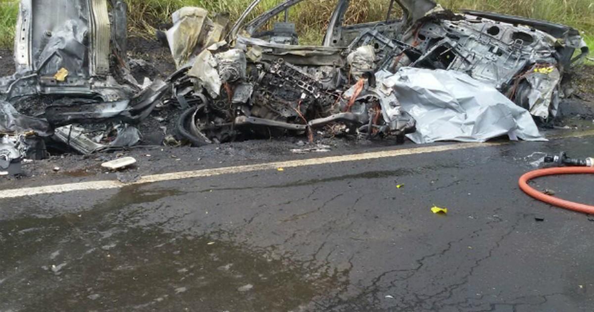 Motorista morre carbonizado em batida entre carro e caminhão no PR - Globo.com