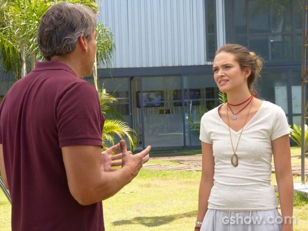 Thomaz tenta se explicar para a filha de Heloísa (Foto: Além do Horizonte/ TV Globo)