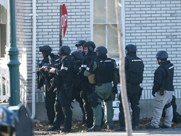 Policiais cercam uma casa onde acreditavam que Bradley William Stone estava escondido, em Pennsburg, na Pensilvânia  (Foto: AP Photo/Matt Rourke)