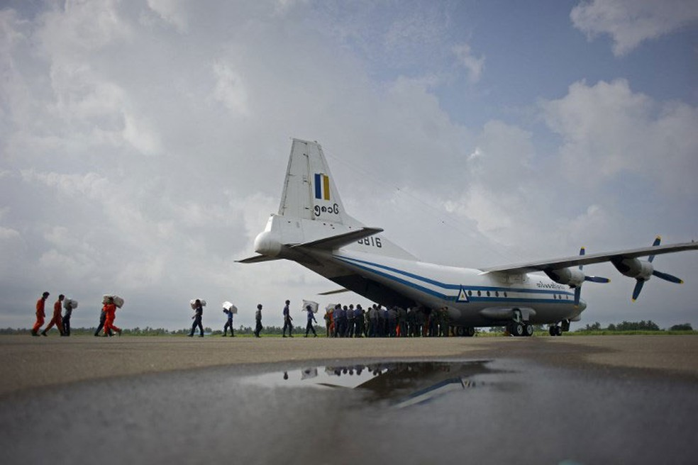 Foto de arquivo, de 5 de agosto de 2015, mostra uma aeronave de transporte Shaanxi Y-8 da Força Aérea de Mianmar, semelhante à que está desaparecida (Foto: Ye Aung Thu / AFP)