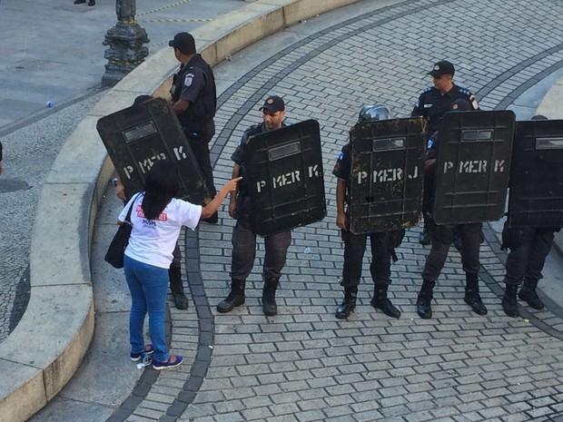 Manifestante fala com policial que fazia a segurança da Alerj (Foto: Matheus Rodrigues/G1)