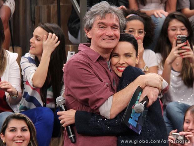 Serginho Groisman dá um abraço carinhoso em Débora Falabella (Foto: TV Globo/Altas Horas)
