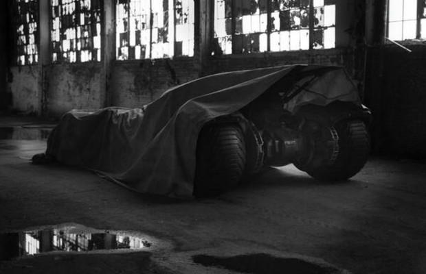 Diretor revela parte de novo Batmóvel (Foto: Reprodução/Twitter)