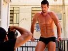 Veja tudo que rolou nos bastidores do ensaio de Bruno Miranda, o Borat de 'Amor & Sexo', no Paparazzo