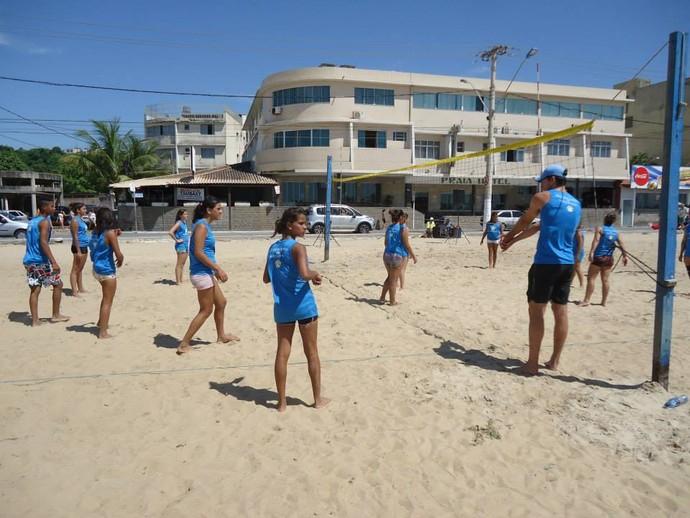 Fábio Luiz (à direita) ensina crianças da escolinha de vôlei de praia (Foto: Divulgação/Arquivo Pessoal)