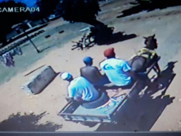 Imagens de câmera de segurança divulgadas pela PM mostram os suspeitos (Foto: Divulgação/PM)