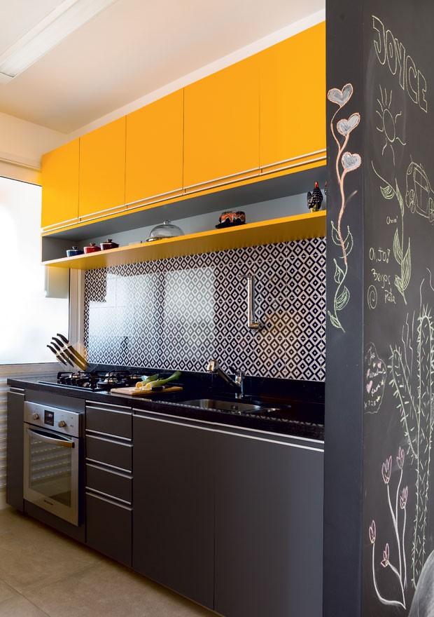 cozinha-colorida-arquiteto-danilo-bocchini-fabiana-stuchi-marcenaria-amarelo (Foto: Edu Castello/Editora Globo)