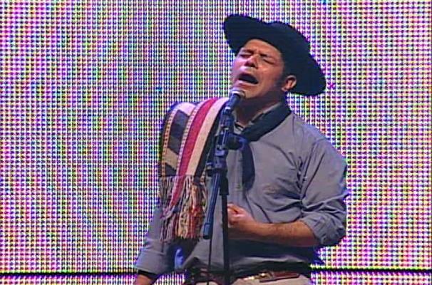Joca Martins canta 'Negro da Gaita' (Foto: Reprodução/RBS TV)