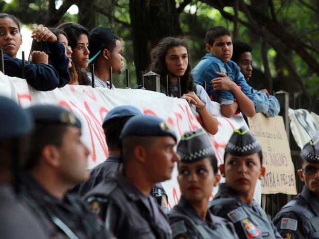 Alunos permanecem dentro da escola Fernão Dias Paes, em Pinheiros. Polícia cerca o local (Foto: Hélvio Romero/Estadão Conteúdo)