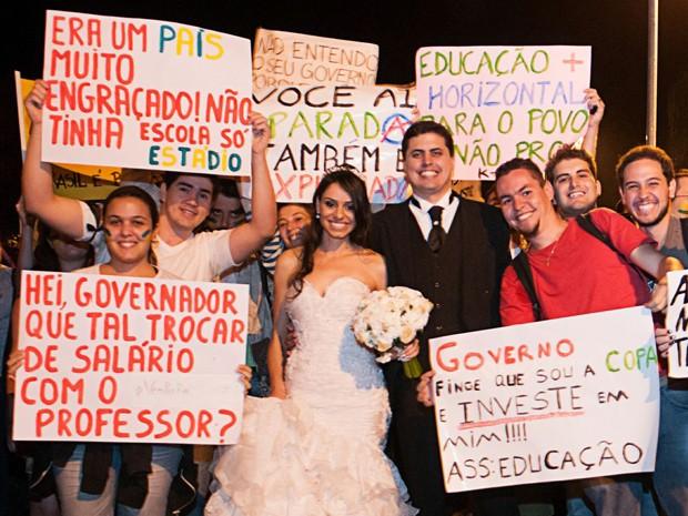 Durante sessão de fotos para o álbum de casamentos, noivos entraram no clima da onda de manifestações. (Foto: Divulgação/www.nilolima.com.br)