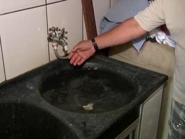 Moradores estão sem água desde sexta-feira  (Foto: Reprodução/TV TEM)