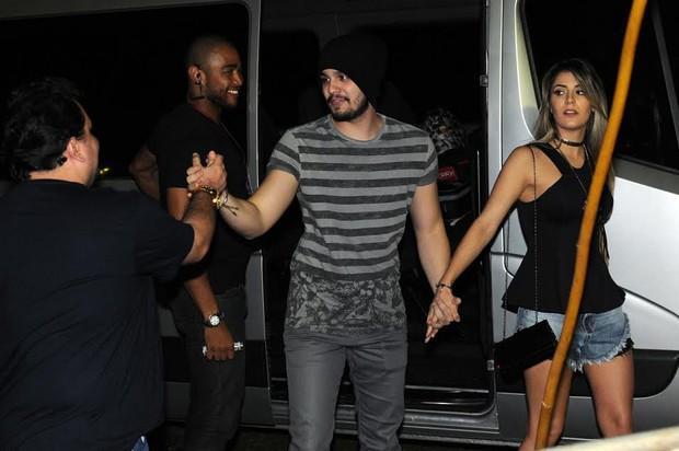 Luan Santana chega para show de mãos dadas com Jade Magalhães em SP (Foto: Marcos Amaral/AgNews)