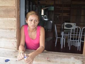 Rosana dos Santos, de 27 anos, diz não ter para onde ir com os filhos (Foto: Dyepeson Martins/G1)