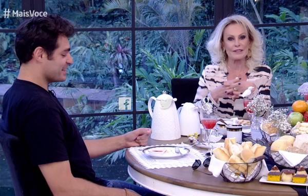 Thiago Lacerda 'se joga' em café do 'Mais Você' e internautas não perdoam