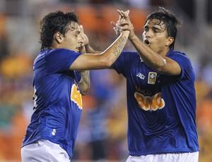 Ricardo Goulart e Marcelo Moreno, do Cruzeiro na partida contra o Tigres-MEX