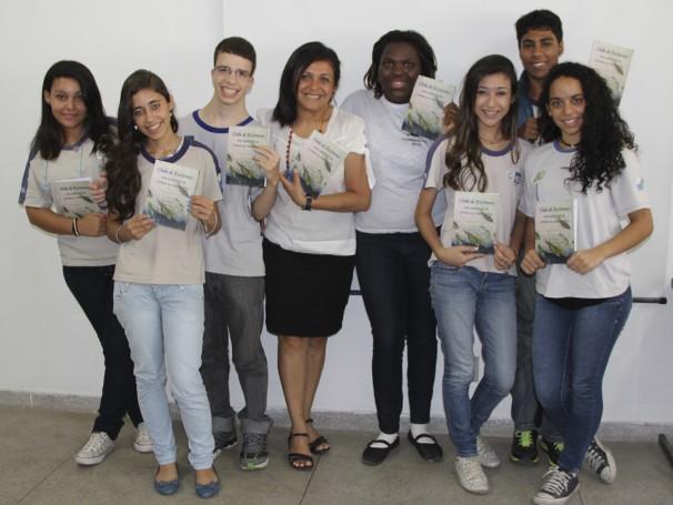 Professora Deuscélia entre o Clube de Escritores do Januzzi (Foto: Divulgação/ Mariana Cabral)