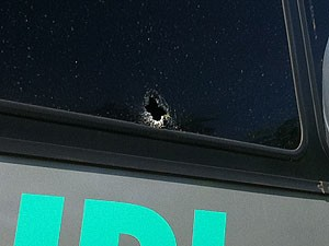 Ônibus de turismo com policiais civis foi baleado. (Foto: Caroline Aleixo/ G1)
