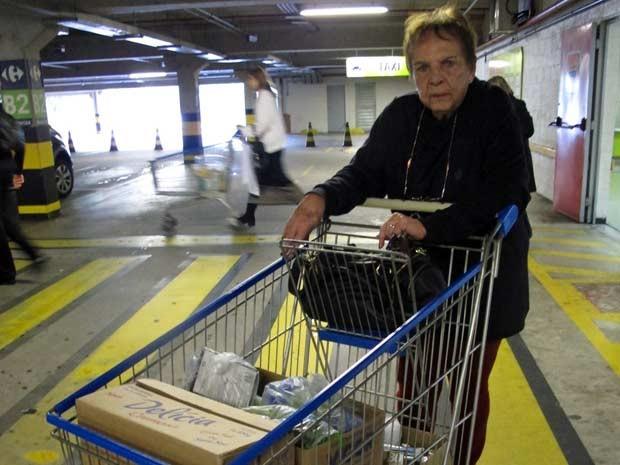 """A aposentada Carmélia precisou usar caixas nesta quinta (21): """"Faz muita falta. E não apenas para levar as compras, mas também para usar em casa com lixo. Eu uso caixas de papelão, mas elas acabam indo para o lixo também, não é? E dá trabalho ficar carregando as caixas"""" (Foto: Clara Velasco/G1)"""