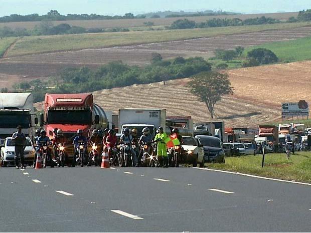 Trânsito ficou parado na Rodovia Anhanguera na tarde desta terça (Foto: Cláudio Oliveira/ EPTV)