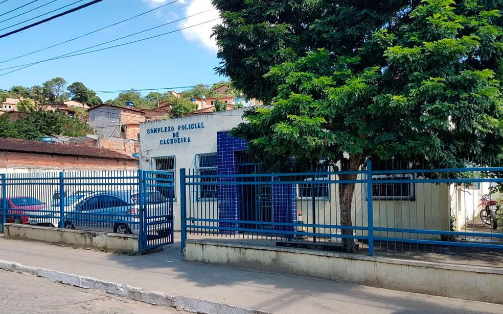 Delegacia de Cachoeira foi atingida a tiros neste domingo  (Foto: Fábio Santos / Site Voz da Bahia )