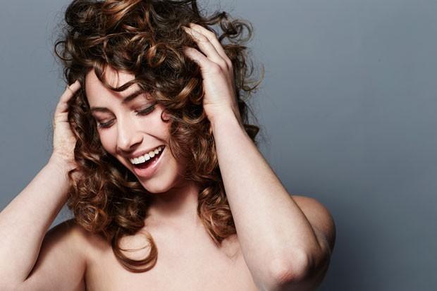 Em contato com a água do mar ou piscina o cabelo pode ter sua cor alterada (Foto: Thinkstock)