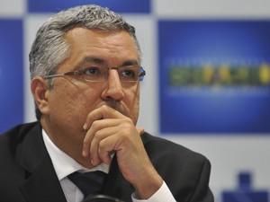 O ministro da Saúde, Alexandre Padilha, disse redução dos casos da dengue não é motivo para diminuir ações de combate à doença (Foto: Fabio Rodrigues Pozzebom/ABr)