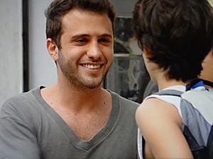 Pedro Nassif conta para os garotos que irá à festa (Foto: Malhação / TV Globo)