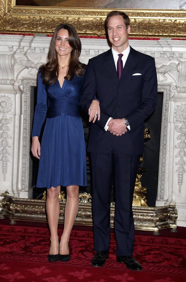 Kate Middleton, com vestido da Issa London, em seu noivado com o príncipe William (Foto: Divulgação )
