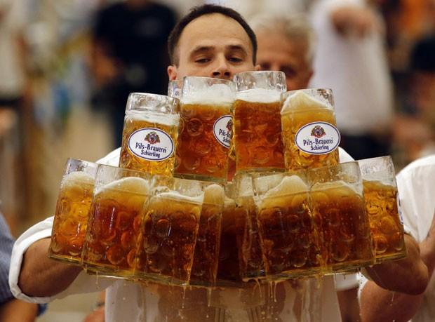 Oliver Strümpfl carregou 27 canecas de cerveja de uma vez só e bateu recorde (Foto: Michael Dalder/Reuters)