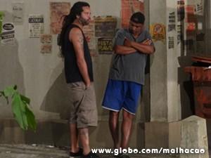 Homens mal-encarados observam de longe (Foto: Malhação / TV Globo)
