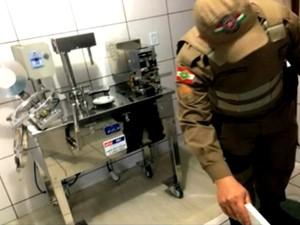 Máquina de ensapsular medicamentos foi apreendida (Foto: Reprodução/RBS TV)