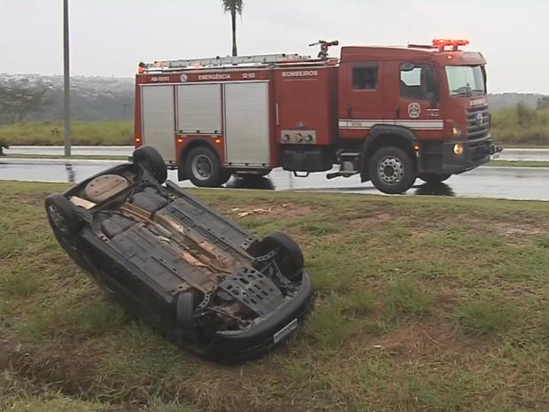 Carro capotou na Rodovia do Contorno, em Marília (Foto: Reprodução/TV TEM)