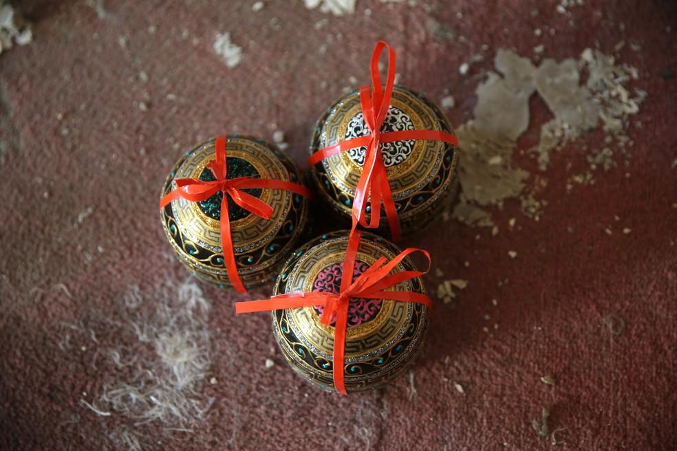Projéteis vazios foram pintados para serem utilizados na árvore de Natal (Foto: Bassam Khabieh/Reuters)