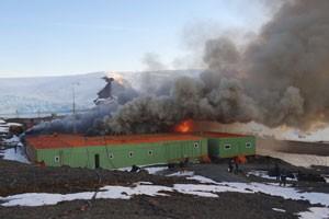 incêndio na base brasileira (Foto: Armada de Chile/Reuters)