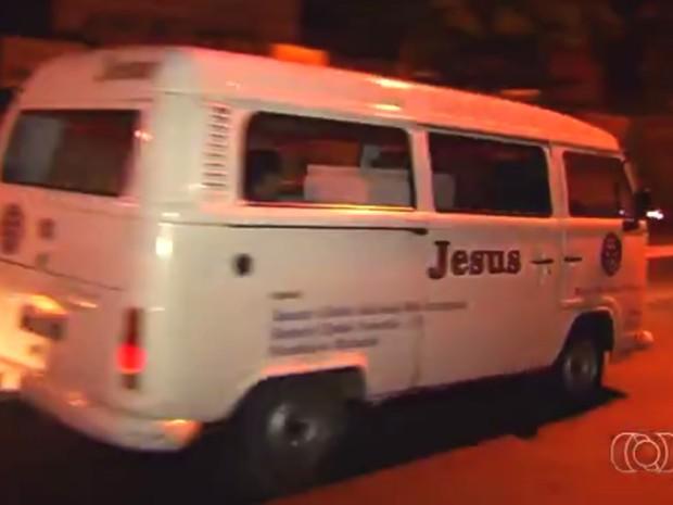 Kombi era usada por associação para distribuir comida a moradores de rua, em Goiânia, Goiás (Foto: Reprodução/ TV Anhanguera)