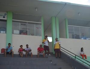 Por cumprimento de suspensão, Mirandinha não acompanha time em campo  (Foto: Lívia Costa)