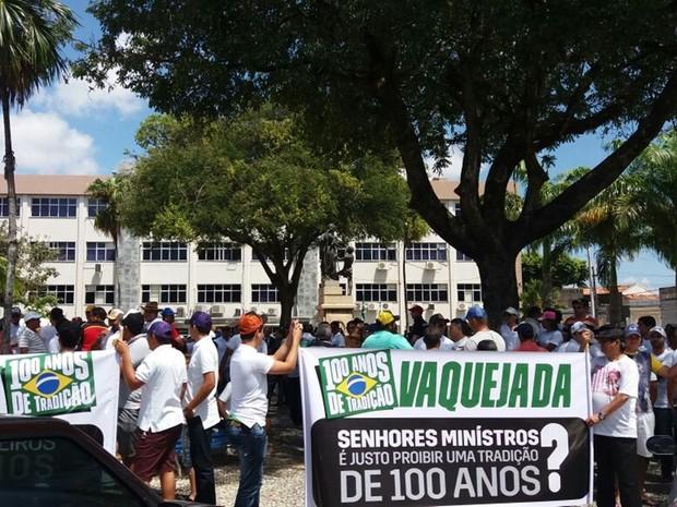 Contrários à proibição da vaquejada, manifestantes querem apoio de políticos do estado (Foto: Sílvio Eduardo)