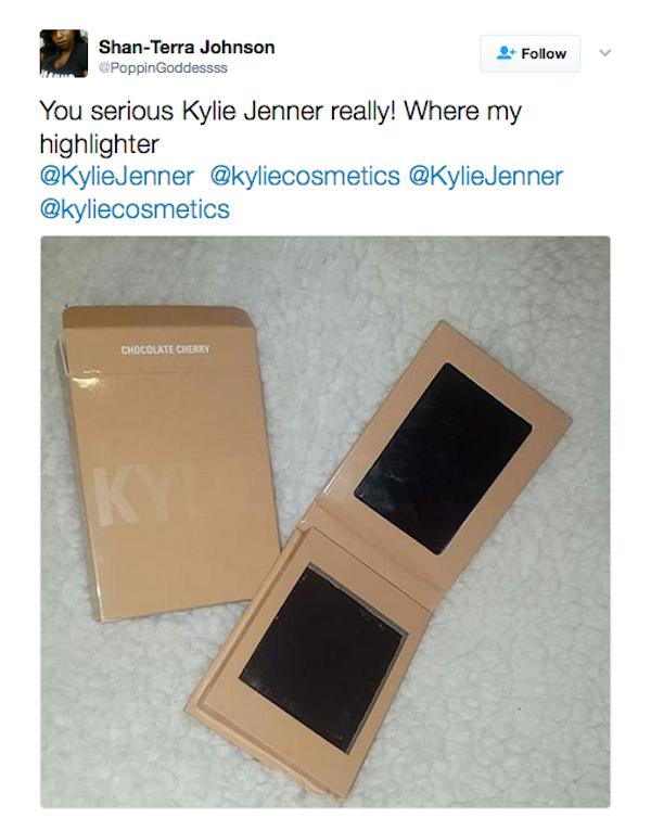 Uma fã reclamando e mostrando a caixa da maquiagem de Kylie Jenner vazia (Foto: Twitter)