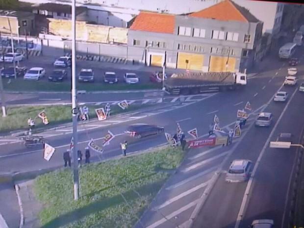 Manifestantes fazem protesto sem bloquear trânsito em Porto Alegre (Foto: Reprodução/Twitter EPTC)