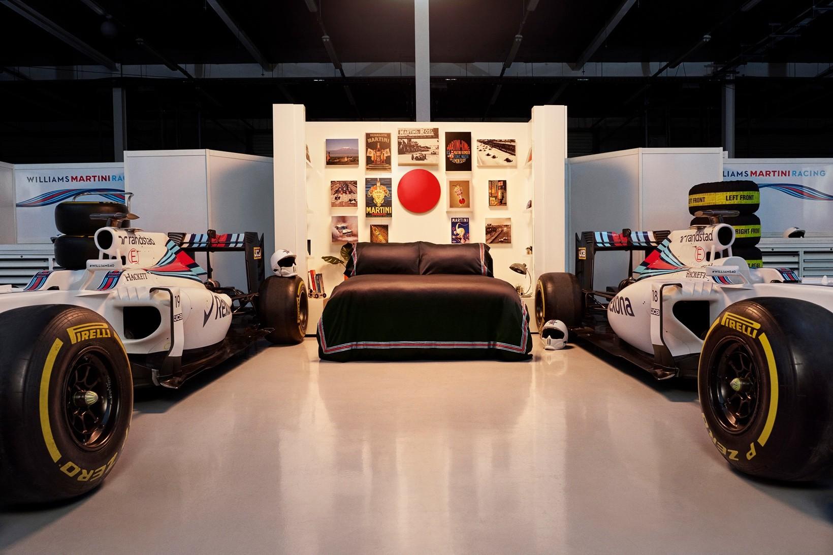 A cama montada no meio da garagem da Williams Martini (Foto: Divulgação)
