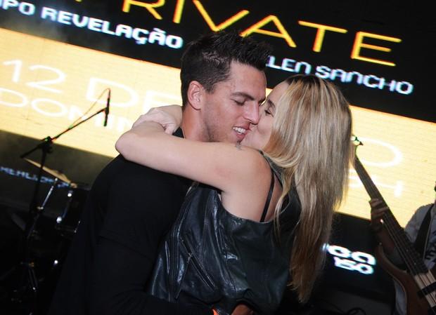 Danielle Winits dá beijão em Amauri Nunes em festa no Rio (Foto: Ari Kaye / Divulgação)