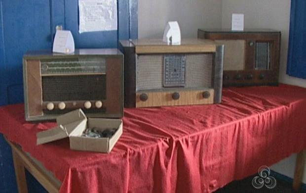 37 rádios antigos foram expostos para conhecimento dos alunos (Foto: Bom Dia Amazônia)