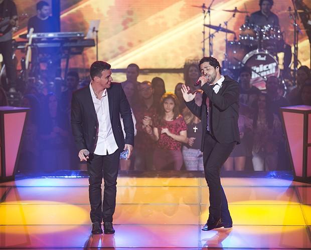 Os dois cantam e encantam os técnicos  (Foto: Isabella Pinheiro/Gshow)