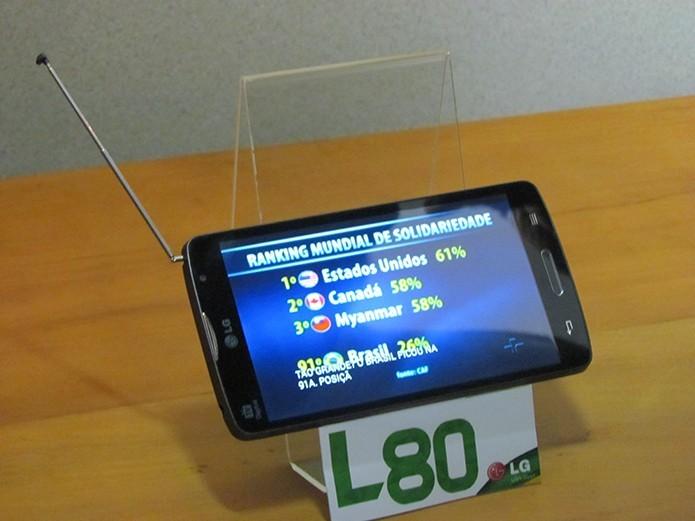 LG L80 tem tela de cinco polegadas, Android KitKat e TV Digital (Foto: Paulo Alves/TechTudo)