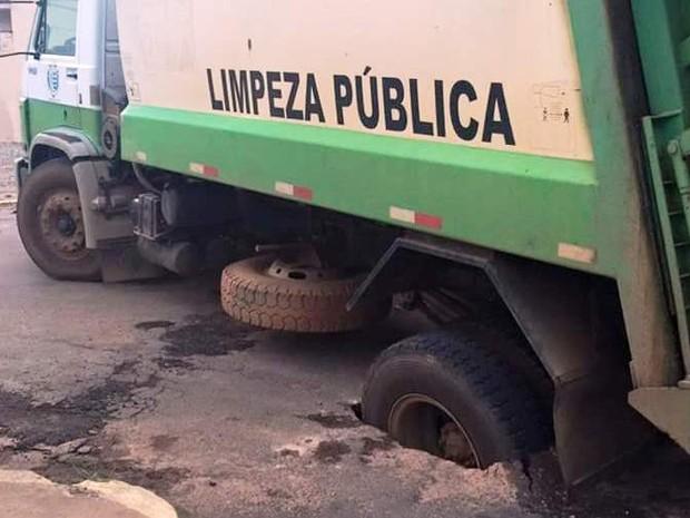 Caminhão de lixo ficou preso em buraco em Vargem Grande do Sul (Foto: Tamires Fabiano e Rosemare Ferreira/ Arquivo Pessoal)